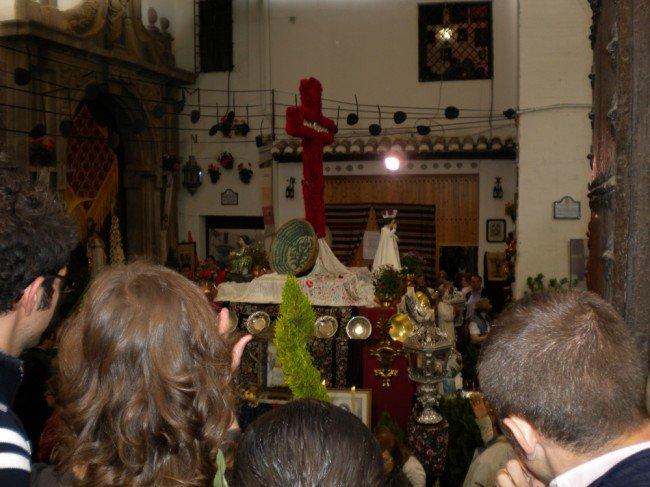 La gente hacía largas colas para ver la Cruz de las Comendadoras de Santiago, dedicada a Manuel de Falla