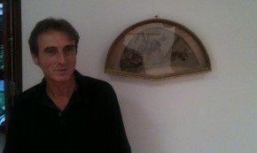 Roberto Rivas, junto a uno de sus abanicos