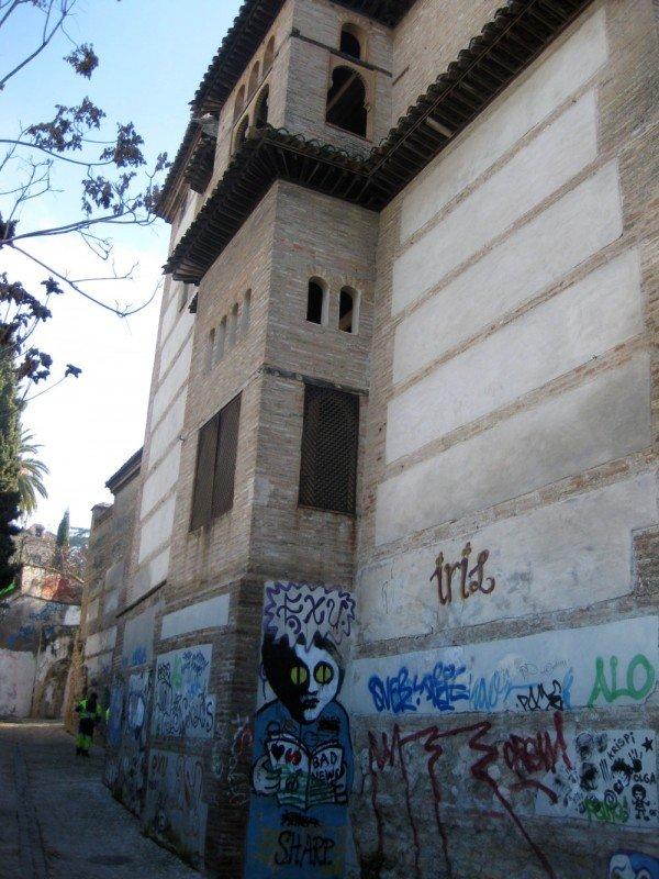 Grafitis en la fachada del Palacio de Dar al Horra