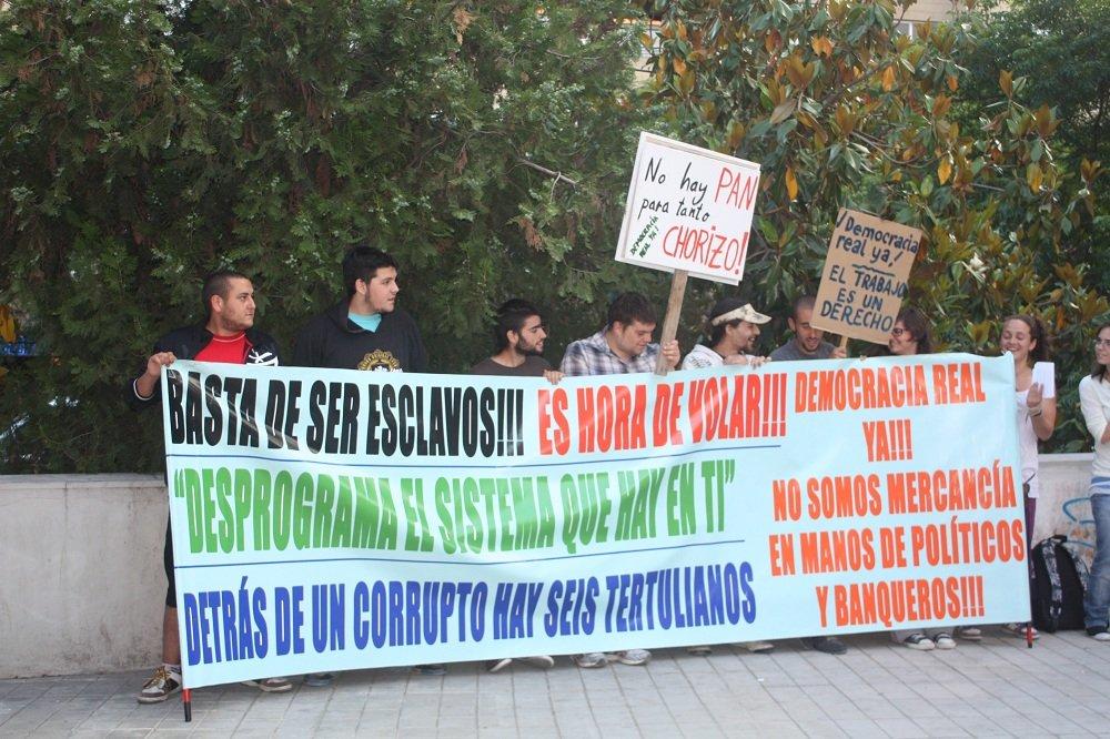 Protesta de los indignados a la entrada del Teatro José Tamayo