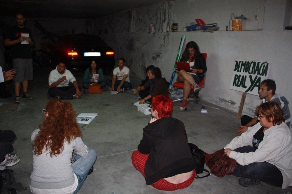 Asamblea de 'indignados' de la Chana en una cochera
