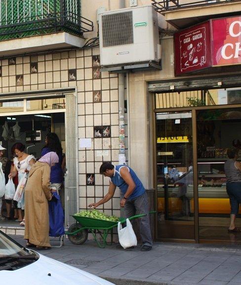 Actividad comercial en una calle de la Chana