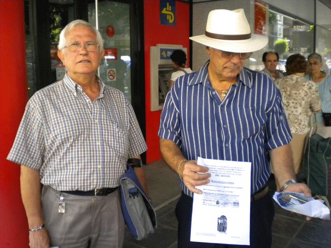 Antonio Merino (izquierda) y junto Pepe Yáñez, vicepresidente de la asociación de vecinos.