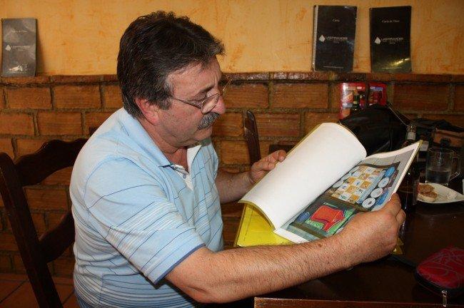 Manolo Lucena muestra el dossier con la información del proyecto 'Hazlo por todos'