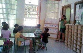 Magda, con los niños de su aula en la escuela de verano