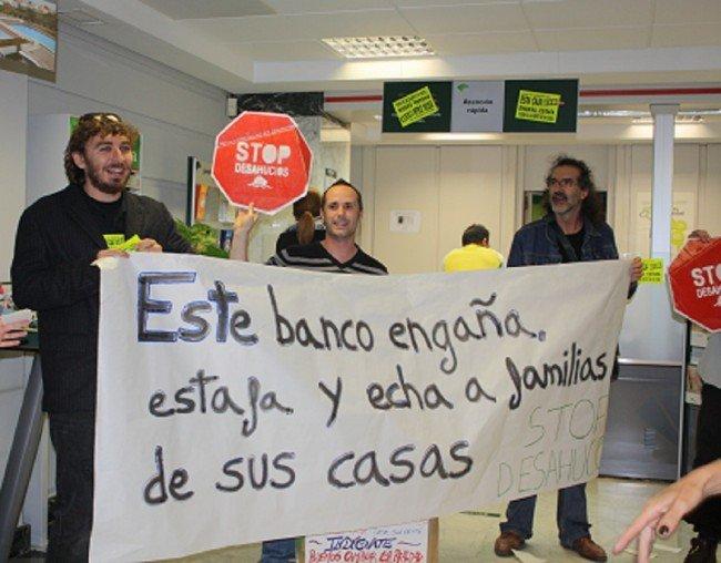En el centro, Antonio Redondo protesta por su desahucio en el interior de Unicaja