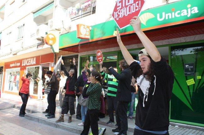 Protesta en Unicaja de la Chana por el desahucio de Antonio Redondo