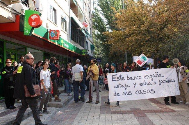 Protesta ante la puerta de Unicaja, en la Chana, por el desahucio de Antonio Redondo