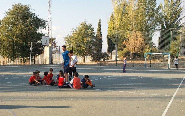 Los monitores explican algunos conceptos futbolísticos a los más pequeños
