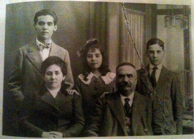 Vicenta Lorca Romero, con su familia.