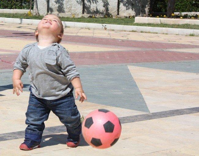 Un niño juega con una pelota