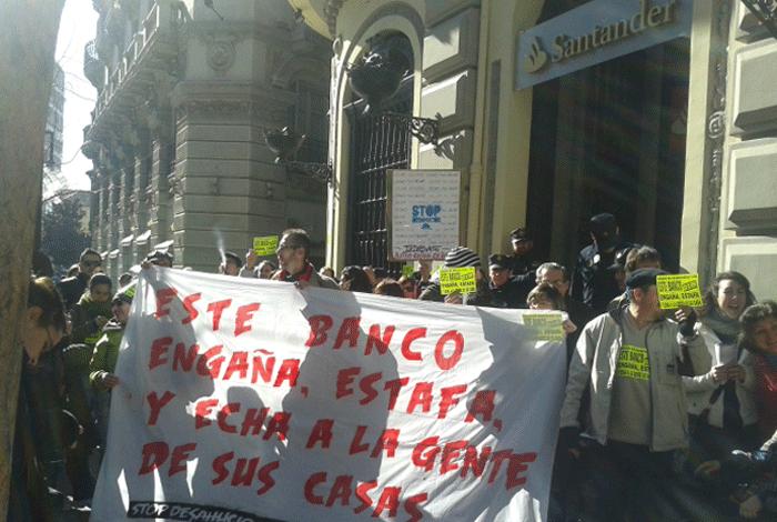 Concentración de Granada Stop Desahucios frente al Santander.