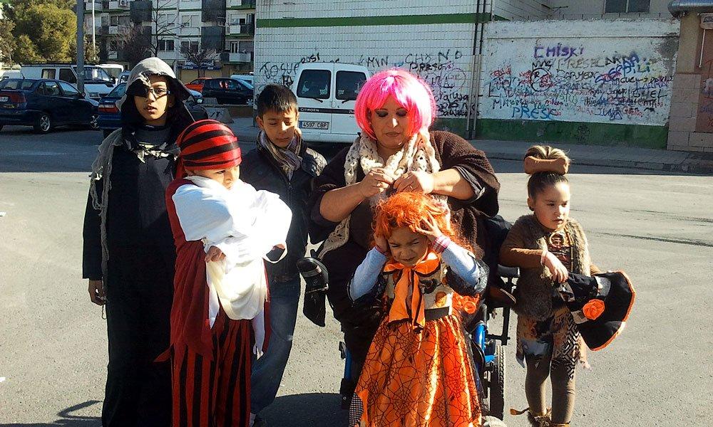 Mari Paz Muñoz, de Anaquerando, con niños de Rey Badis y Molino Nuevo.