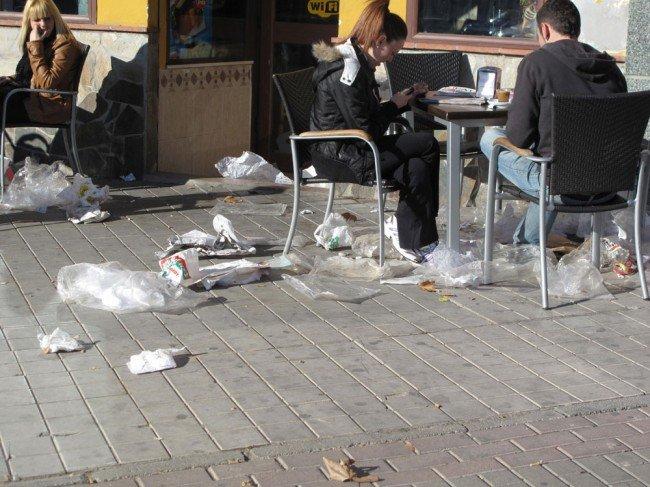 Terraza del Café VG, con la basura proveniente del mercadillo de Almanjáyar
