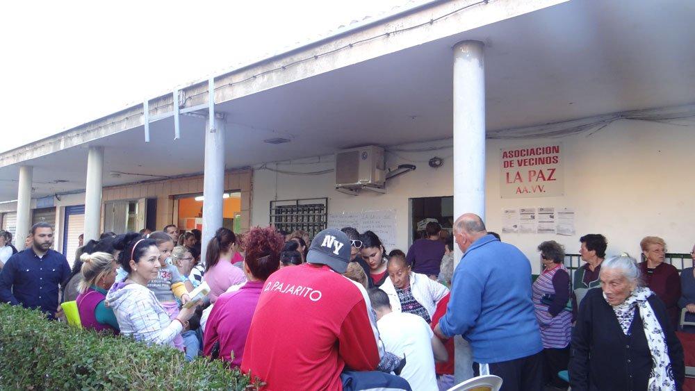 reparto de alimentos en la barriada de La Paz