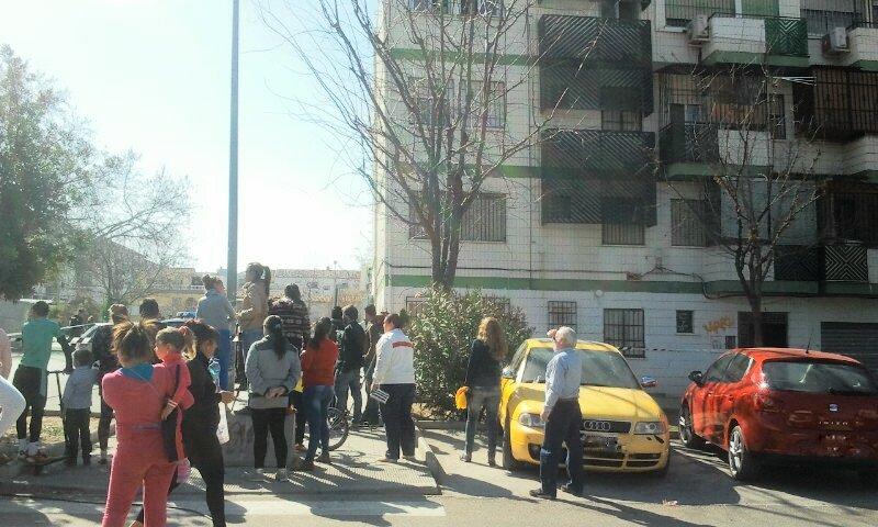 Curiosos en los alrededores del edificio del doble crimen, en la plaza de Rey Badis