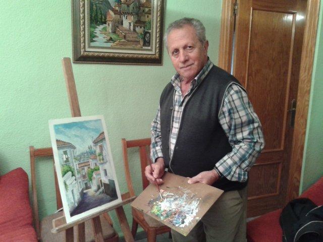 Antonio Benítez muestra una de las obras que ha pintado recientemente.