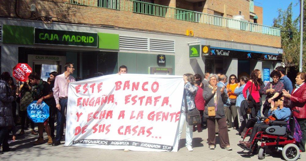 Protesta frente a Bankia contra el desalojo de una familia del Zaidín.