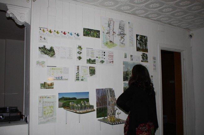 Una asistente contempla la obra 'Ecosistemas ampliados'