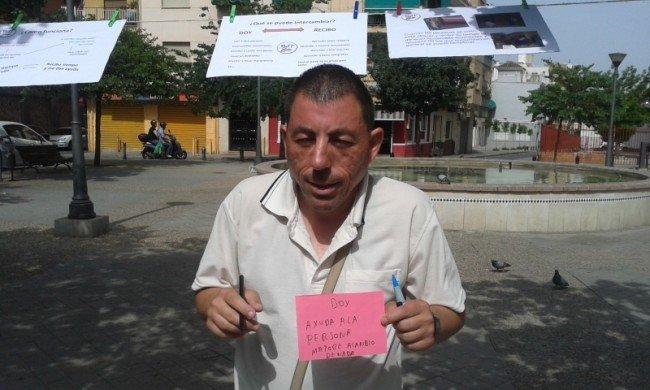 Uno de los vecinos del Zaidín se ofrece para ayudar a personas mayores.
