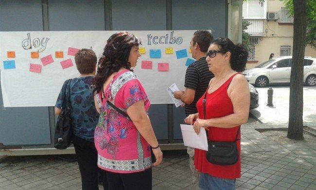 La Red de Mujeres explicó a los viandantes en qué consiste un banco del tiempo.