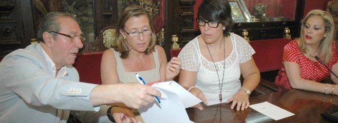 Oviedo, Nieto, Francés y Encarnación Sánchez, en la firma del acuerdo.