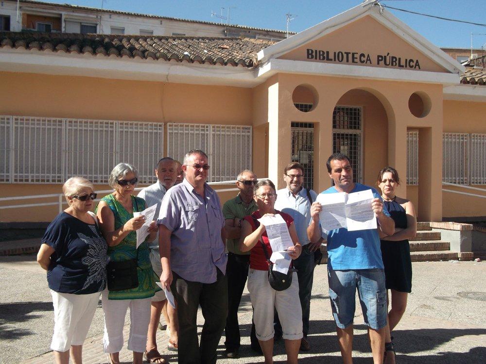 Vecinos del Zaidín muestran las notificaciones junto a los ediles socialistas.