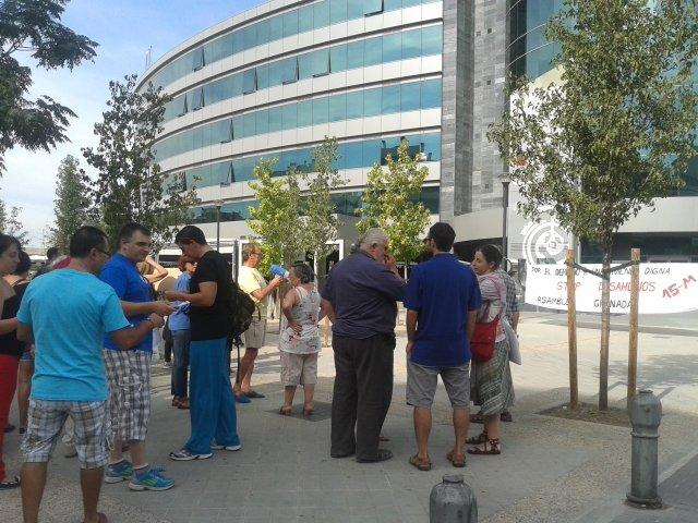 Concentración frente a las oficinas del banco Popular en el edificio Forum.