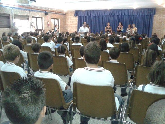 El director del colegio CajaGranada da la bienvenida en el salón de actos.