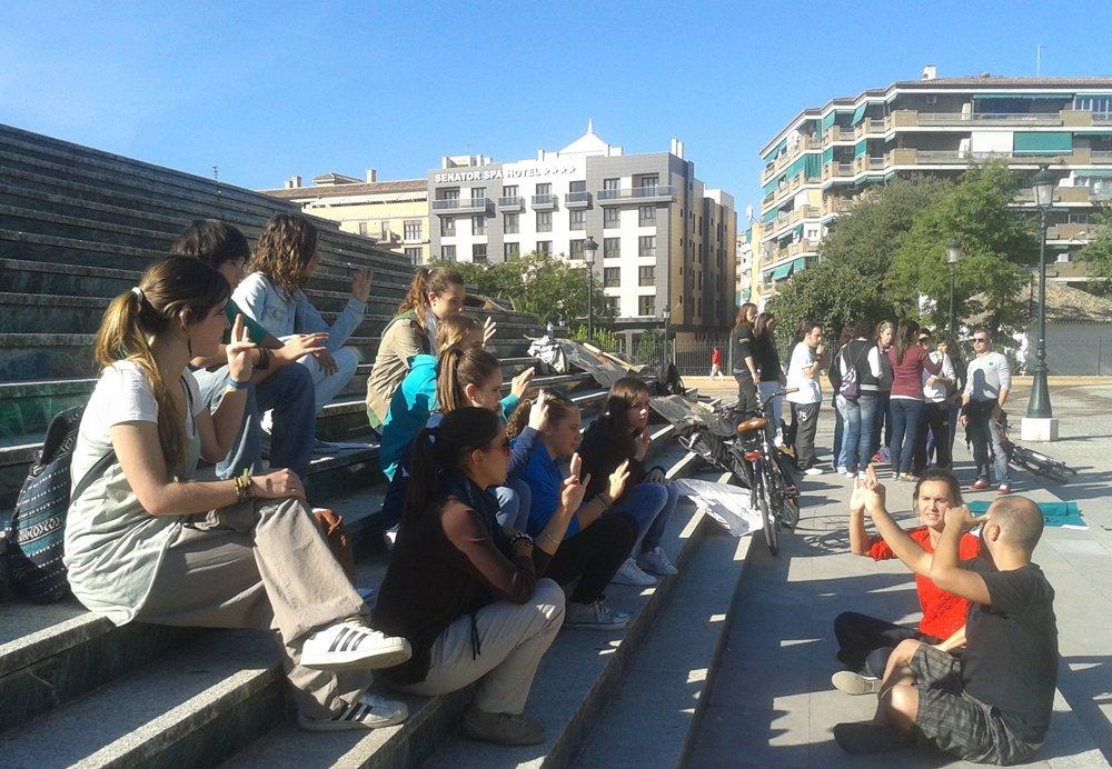 Alumnos del IES Alhambra enseñan lengua de signos en la calle