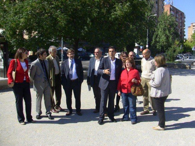 Concejales del PSOE y vecinos, en la visita al espacio público de la calle primavera