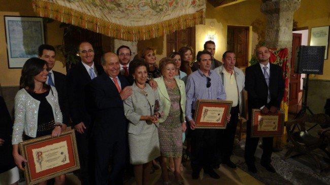 Carmen Nestares y Piedad Cardenete, con los Premios Realejo 2012 y el alcalde de Granada. Foto: GiM