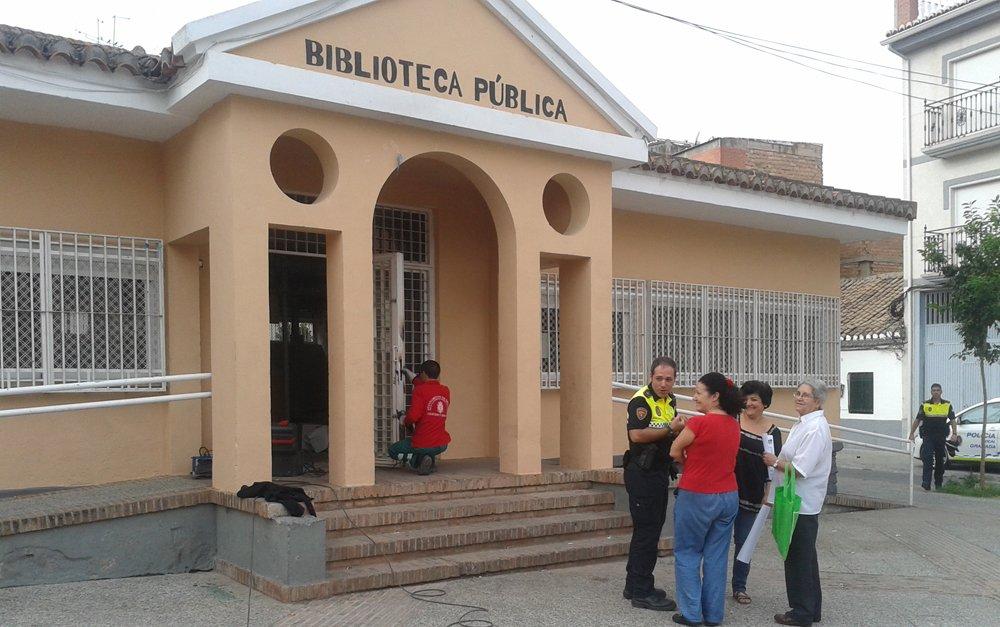 Operario repone la cerradura de las Palomas.