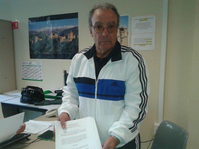 Pepe Yáñez, vocal de la asociación, entrega las alegaciones de los integrantes de la directiva.