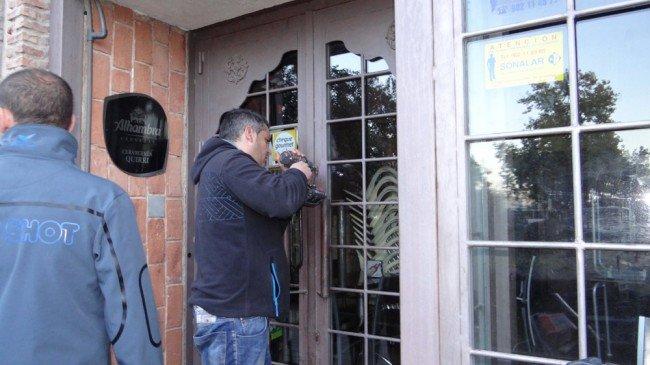 puerta sellada bar Joaquina Eguaras huelga general 14N