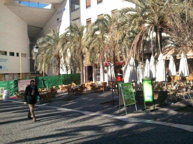 Las terrazas de la Romanilla a la sombra del Centro inacabado.