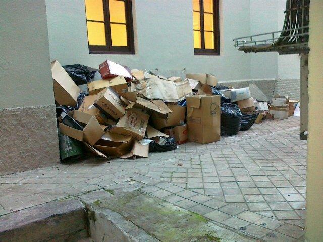 Basuras en la parte trasera del Ayuntamiento.