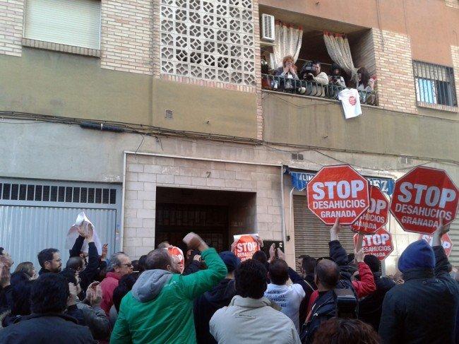 Concentración de Stop Desahucios frente a la casa de Teresa Lechuga, en el Zaidín