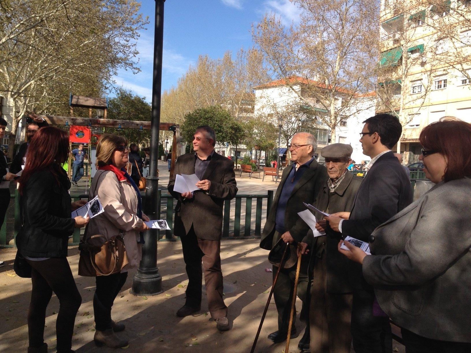 Reparto de folletos en la Chana contra el proyecto del AVE del PP