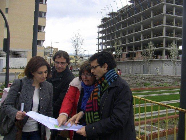 Concejales del PSOE, en una de las rotondas de acceso al Zaidín