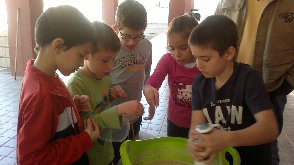 Niños del CEIP San Juan de Dios del Cerrillo de Maracena haciendo jabón