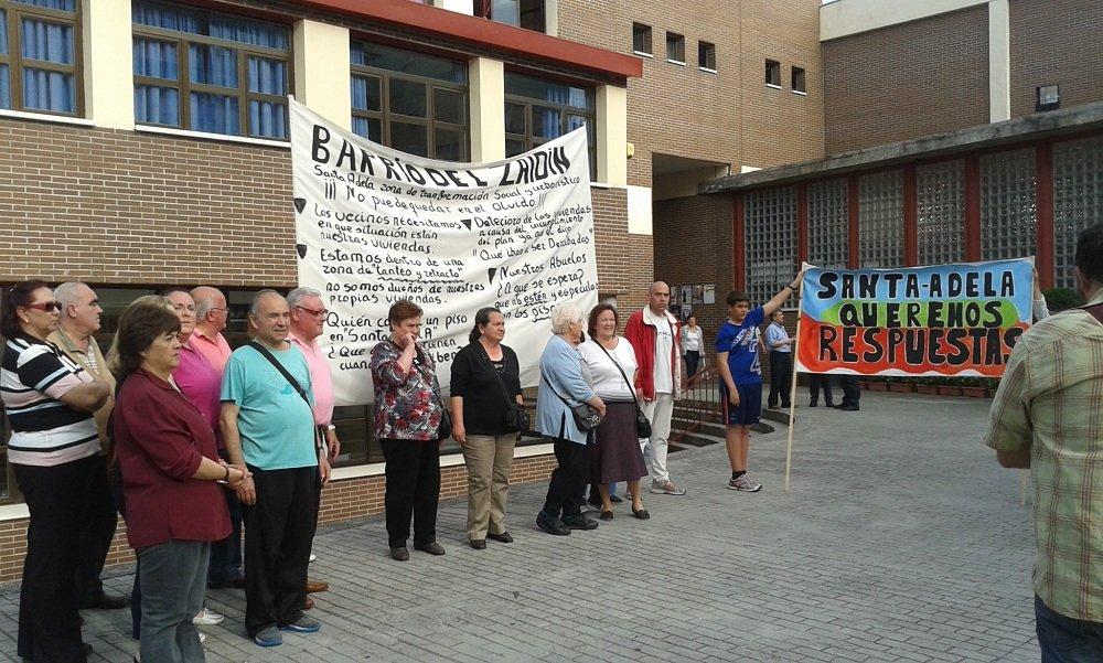 Protesta de los vecinos de Santa Adela en la última junta de distrito.