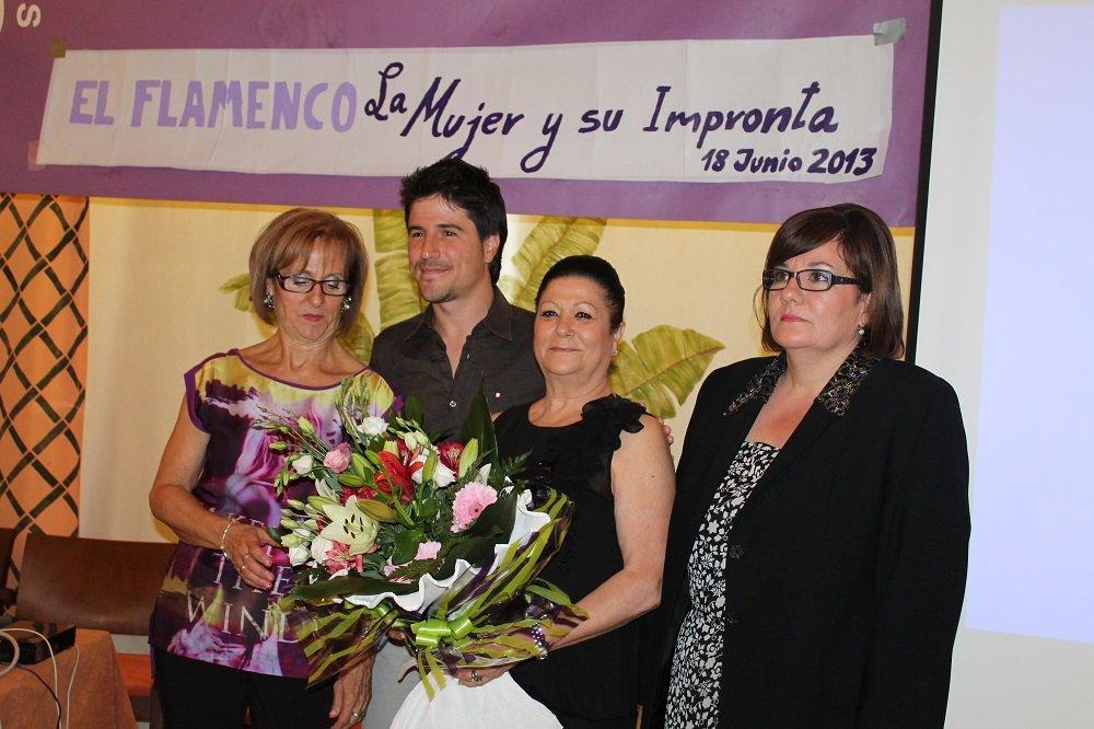 La bailaora Mariquilla con las mujeres del grupo motor de la chana