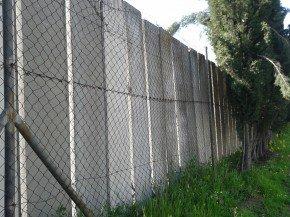 Paneles de hormigón que cercan el exterior del IES Severo Ochoa