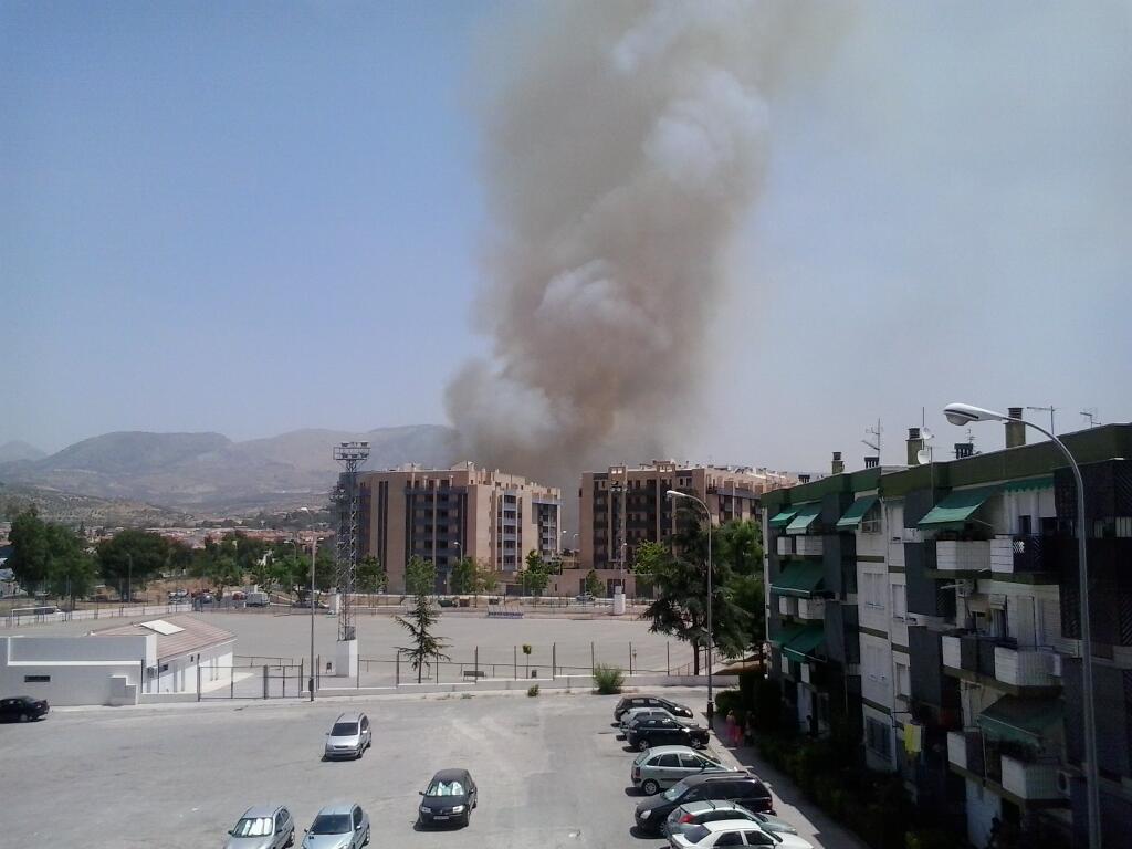 columna de humo por incendio en camino de yeseros zona norte granada
