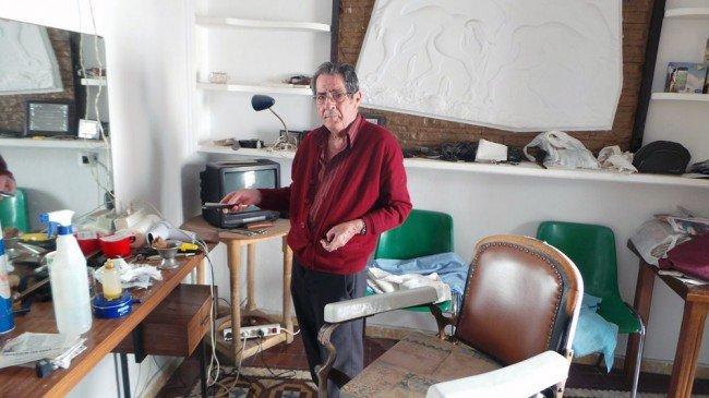 Pepe 'El Trueno' posa en la barbería improvisada montada en su casa.
