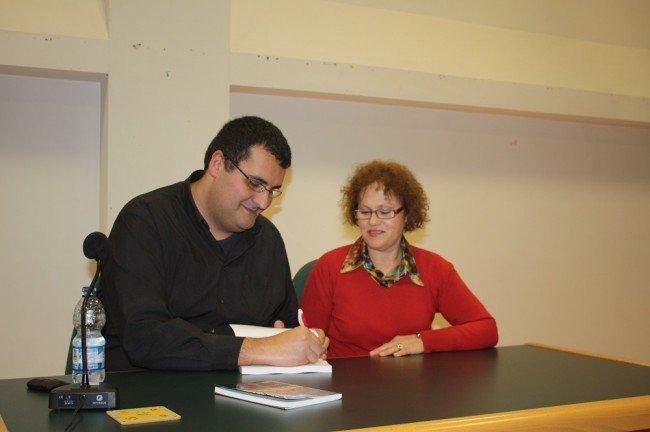 David lópez firma ejemplares de su nueva novela.