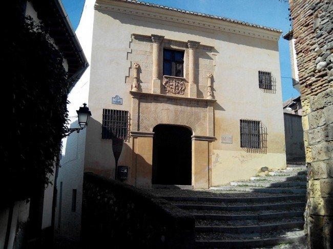 Entrada a la Casa de Porras, el inmueble de la Universidad de Granada donde se desarrollan los cursos.