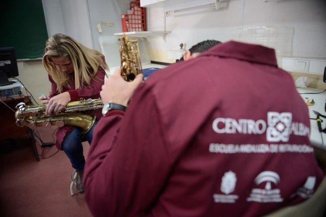Alumnos limpian y afinan instrumentos. Fotos J.M. Grimaldi-Oficina de Prensa de la Junta de Andalucía.