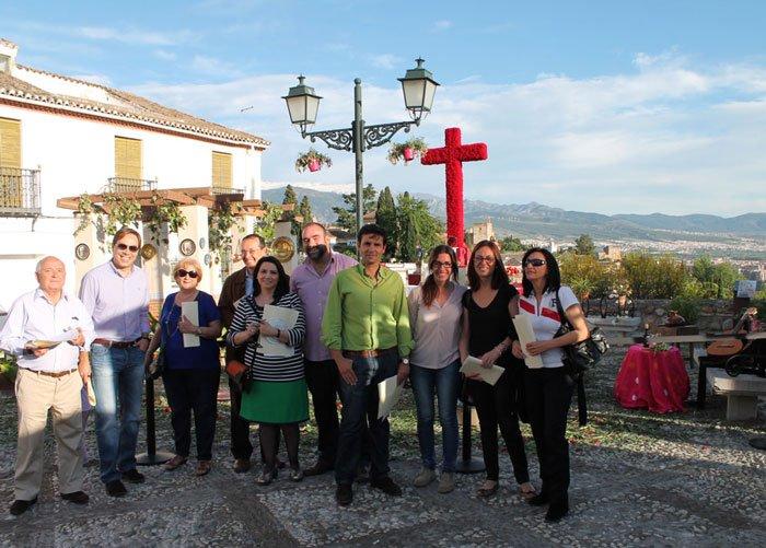 El jurado, entre los que se encuentran varios concejales, posan en la cruz de San Cristóbal.